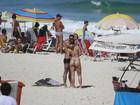 Ex-BBB Yuri namora na praia com a namorada