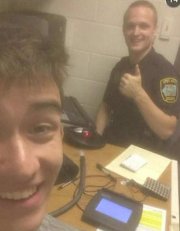 Após ser preso, Gilbert Phelps fez selfie com policial (Foto: Reprodução/Facebook/Gilbert Phelps)