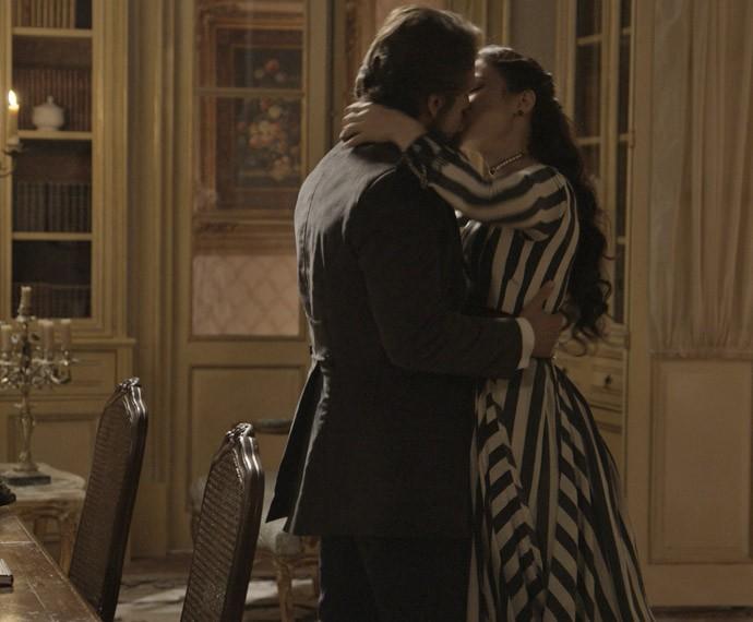 O casal se beija (Foto: TV Globo)