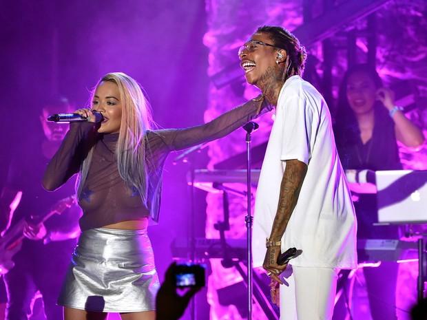 Rita Ora e o rapper Wiz Khalifa em show em Los Angeles, nos Estados Unidos (Foto: Kevin Winter/ Getty Images/ AFP)