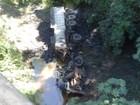 Motorista morre após carreta cair de cerca de 15 metros em rodovia de MG