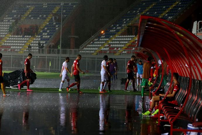chuva, Albânia x Macedônia (Foto: AP Photo/Hektor Pustina)