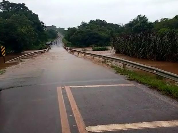 Ponte em Ibirarema foi interditada (Foto: Reprodução / TV TEM)
