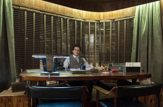 Murilo Benício posa no escritório de Saulo, seu personagem (Foto: Estevam Avellar/TV)