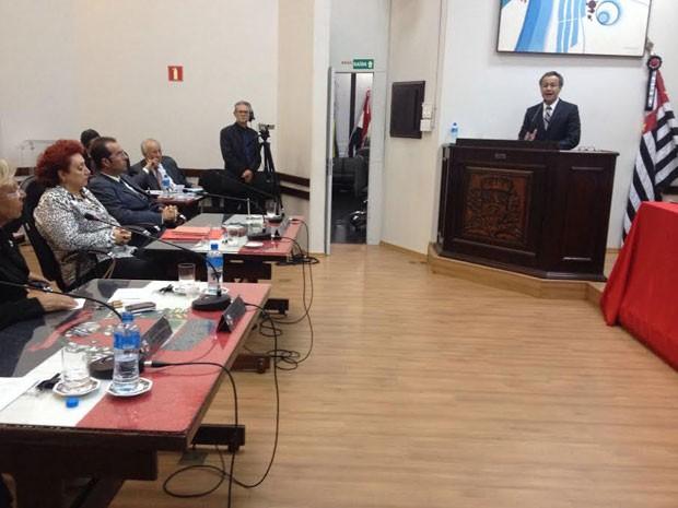 O presidente da CP, Valmir da Silva Pinto (PTB), discursa na sessão de julgamento (Foto: Heloise Hamada/G1)
