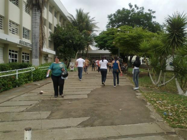 Estudantes chegam cedo para prova do Enem na Unimontes (Foto: Nicole Melhado / G1)