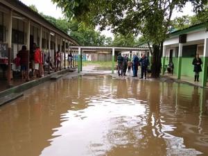 Famílias são transferidas após enchente atingir abrigo no RS (Foto: Dayanne Rodrigues / RBS TV)