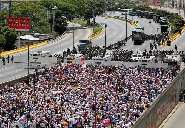 Manifestação de mulheres pelas ruas da capital da Venezuela (Foto: Christian Veron/Reuters)