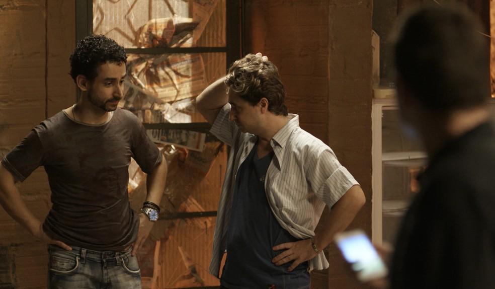 Romildo e William morrem de medo do que a atitude de Alex pode ocasionar (Foto: TV Globo)
