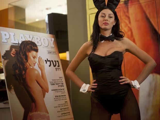 Durante festa em Tel Aviv nesta terça-feira (5), modelo vestida de coelhinha da 'Playboy' lança primeiro número da revista em hebraico (Foto: Ariel Schalit/AP)