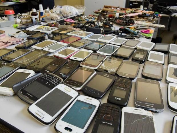 Resultado de imagem para celulares apreendidos em presidio em pernambuco