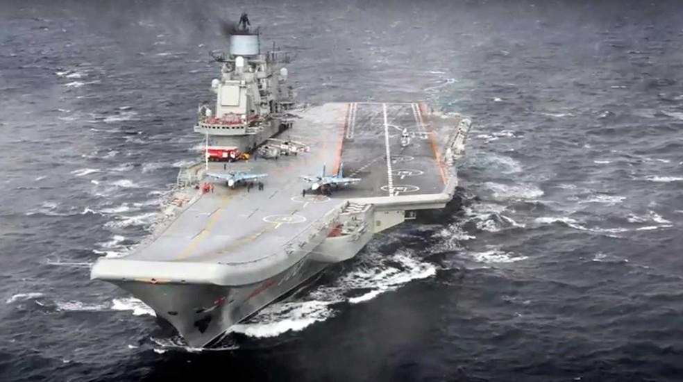 Foto do porta-aviões Admiral Kuznetsov divulgada pelo Ministério da Defesa russo na quarta-feira (4)   (Foto: Russian Defense Ministry Press Service/ Photo via AP)