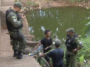 Pescadores foram flagrados pela polícia na Lagoa dos Índios em Macapá (Foto: Reprodução/Rede Amazônica no AP)