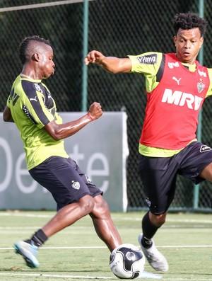 Cazares e Edcarlos, do Atlético-MG (Foto: Bruno Cantini / Atlético-MG)