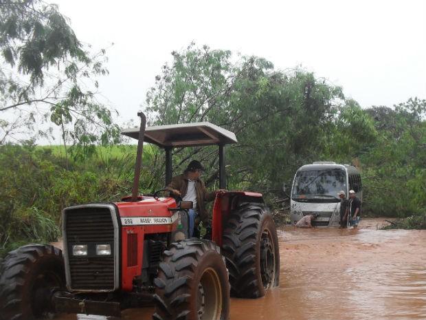 A rodovia, PR-340,  também foi interditada entre Santa Inês e Itaguajé. Segundo a leitora do G1, que enviou a foto, um ônibus com 20 passageiros ficou preso entre as árvores e a água.  As pessoas tiveram que descer pelas janelas (Foto: Eliane Reginalda Parron)