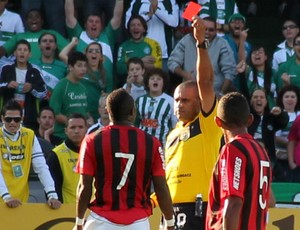 Guerr&#243;n toma cart&#227;o vermelho no Atletiba (Foto: Marco Aur&#233;lio Garcia/RPCTV)