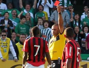 Guerrón toma cartão vermelho no Atletiba (Foto: Marco Aurélio Garcia/RPCTV)