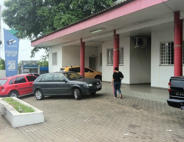 Crime registrado no 10º DIP  (Foto: Ana Graziela Maia/ G1)
