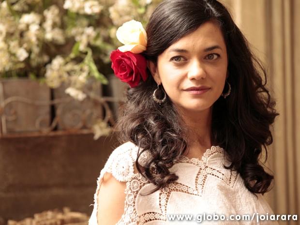 Noiva cigana! No lugar do véu e grinalda, Gaia apostou em cabelos soltos e arranjo de flores (Foto: Joia Rara/TV Globo)