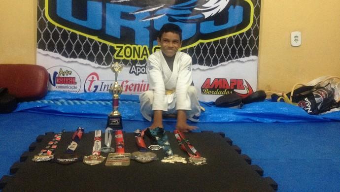Com apenas um ano praticando jiu-jítsu  Lucas Thiago já conquistou nove medalhas e um troféu (Foto: Karol Aood/GE-AP)