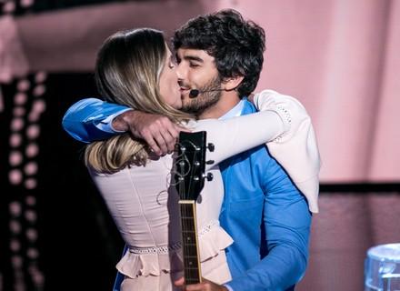 Deborah Secco chora ao ver Hugo Moura cantar música que ela usa para ninar Maria Flor