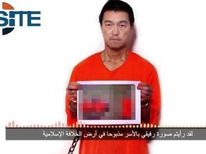 Imagem divulgada pelo SITE (grupo de monitoramente do terrorismo) mostra o refém japonês Kenji Goto em imagem que teria sido feita após a decapitação de outro refém, Haruta Yukawa (Foto: Reprodução/Twitter/SITE Intel Group)