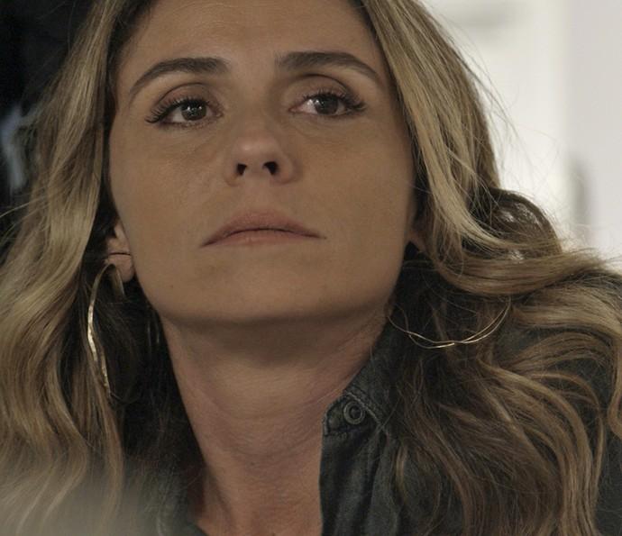 Atena fica arrasada e decide deixar o ex-vereador para trás (Foto: TV Globo)