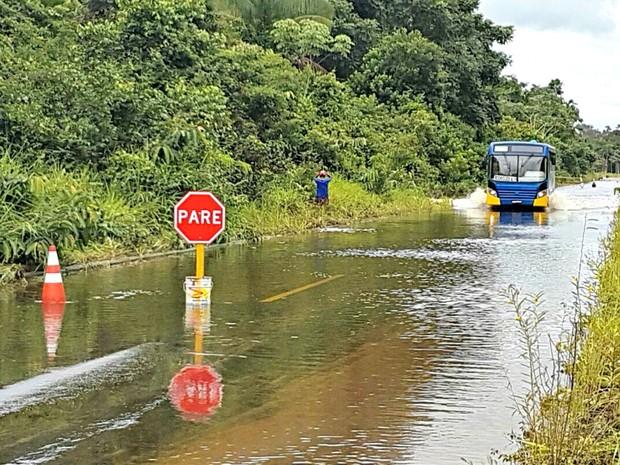 Trecho que liga Mâncio e Cruzeiro do Sul foi invadido pela água  (Foto: Anny Barbosa/G1)