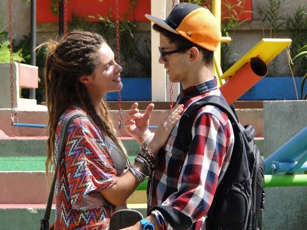 Mas nerd não se aguenta e acaba caindo no charme da argentina (Foto: Malhação / Tv Globo)