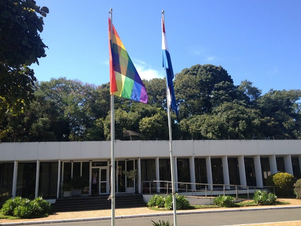 Fachada da Embaixada da Holanda em Brasília, com a bandeira gay (esq.) hasteada ao lado da do país (Foto: Weldson Medeiros / G1)
