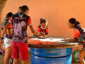 Escoteiros também construíram uma mesa para decoração (Foto: Reprodução/Inter TV Cabugi)