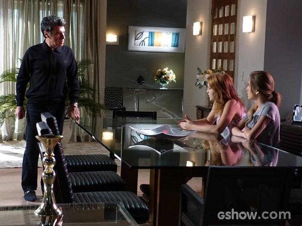 Caetano dando sermão em Anita e Sofia  (Foto: Malhação / TV Globo)