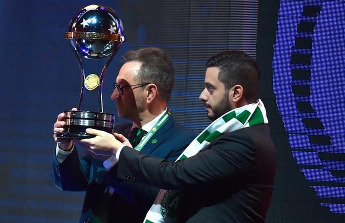 Plínio de Nes, presidente da Chapecoense, ergue troféu da Copa Sul-Americana com Daniel Jiménez, do Atlético Nacional (Foto: Divulgação/Conmebol)