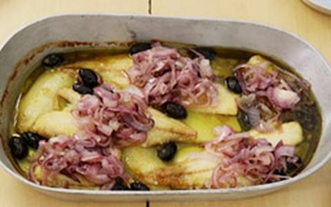 Bacalhau ao forno com batatas e azeitonas pretas
