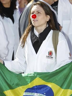 Médicos protestam no centro de Curitiba (PR) contra os vetos da presidente Dilma a alguns pontos do chamado Ato Médico. A categoria é contra a falta de revalidação dos diplomas de profissionais estrangeiros que devem atuar no Sistema Único de Saúde (SUS) (Foto: Rodolfo Buhrer/Fotoarena/Estadão Conteúdo)