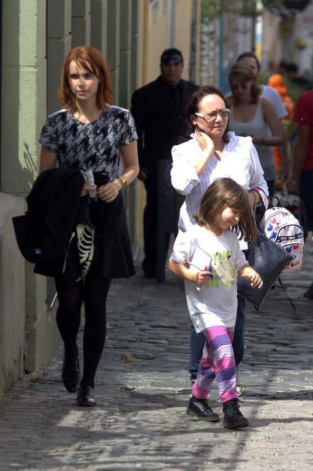 Debora Falabella e a filha (Foto: Alex Palarea/AgNews)