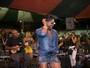 De microssaia, Adriana Bombom curte roda de samba no Rio