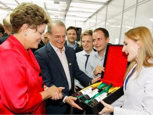Presidente recebeu amostra do vinho da Copa, que foi produzido no RS (Foto: Presidência da República/Divulgação)