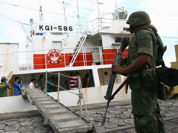Navio pesqueiro atracou no porto de Salvador sob susppeita de irregularidades (Foto: Fernando Amorim / Agência A Tarde / Estadão Conteúdo )