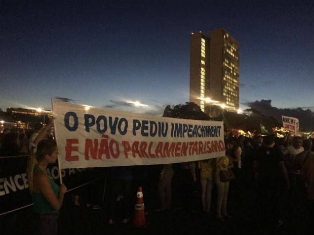 """Manifestantes seguram faixa com os dizeres """"o povo pediu impeachment e não parlamentarismo"""" (Foto: Alexandre Bastos/G1)"""