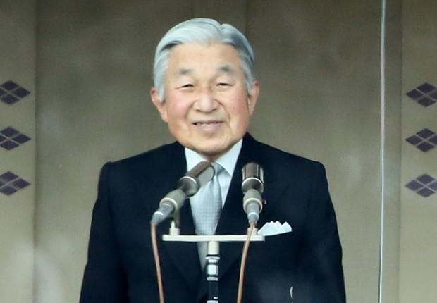O imperador Akihito acena durante celebração no Palácio Imperial no Japão (Foto: Ken Ishii/Getty Images)