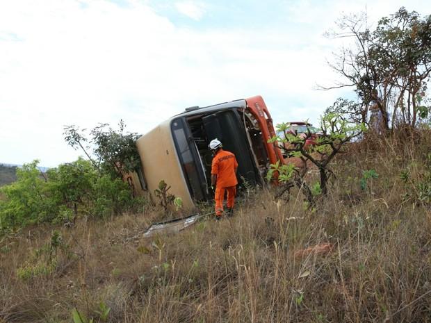 Ôniobus escolar tomba em área rural de São Sebastião, no DF (Foto: Corpo de Bombeiros/Divulgação)