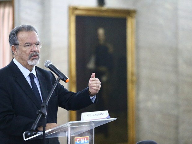 O ministro da Defesa, Raul Jungmann, durante coletiva de imprensa sobre o pedido de uso da Força Nacional de Segurança e do Exército (Foto: FÁBIO MOTTA/ESTADÃO CONTEÚDO)