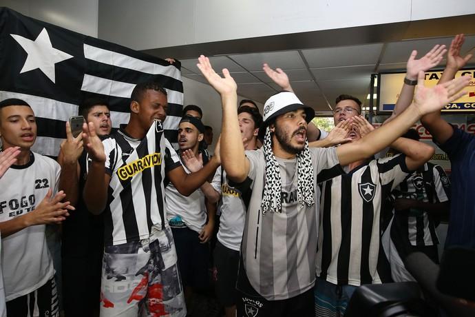 Torcida do Botafogo desembarque (Foto: Satiro Sodré / SSpress)