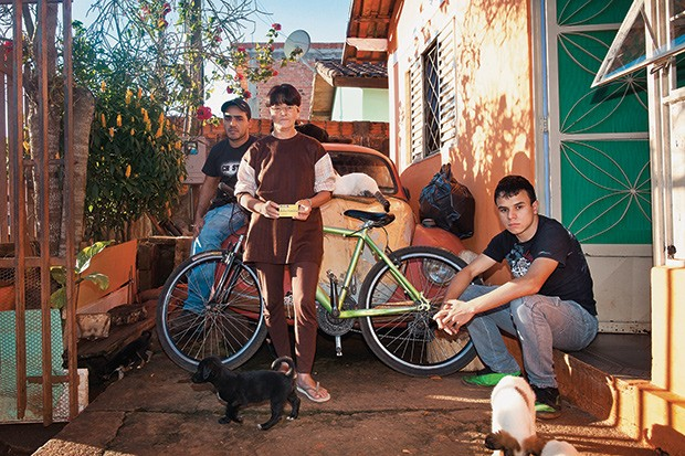 PRIMEIRA Rosa entre os filhos Jean e Raí. Beneficiada com o Bolsa Escola de FHC em 2001, ela ainda depende do Bolsa Família (Foto: Letícia Moreira/ÉPOCA)