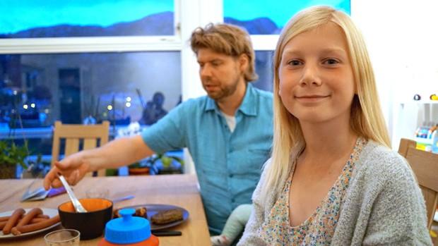 Anna Thulin com seu padastro, Ola Vassbo, em, Haugesund, na Noruega (Foto: David Keyton/AP)
