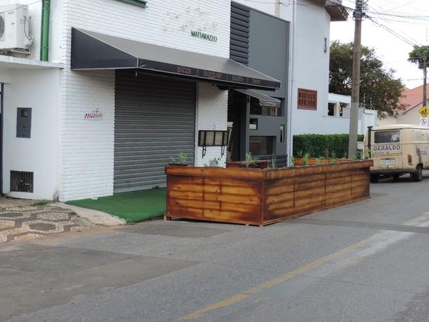 Empresário montou 1° parklet da cidade antes mesmo da lei (Foto: Caio Gomes Silveira/ G1)