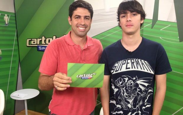 Mauro Júnior, repórter da TV Globo, e Eduardo Oliveira, melhor cartoleiro da Liga do Programa do Cartola em outubro, dão dicas para Cartola#37 (Foto: Bernardo Eyng )