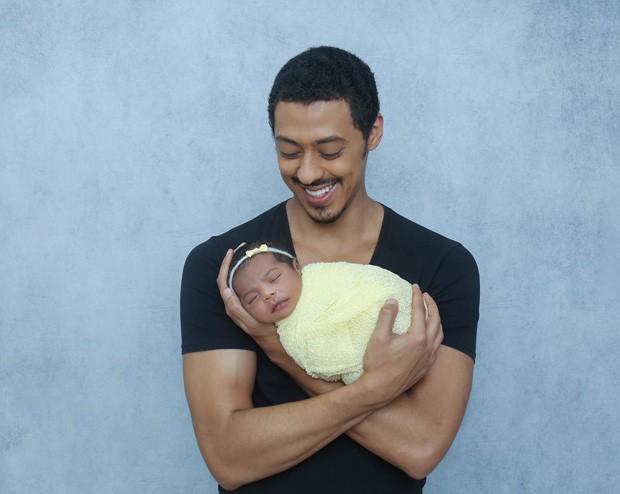 Luís Navarro com a filha (Foto: Natália Ledine / MF Press Global)