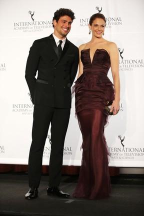 Cauã Reymond e Amanda Righetti na 41ª edição do Emmy Internacional em Nova York, nos Estados Unidos (Foto: Neilson Barnard/ Getty Images/ AFP)